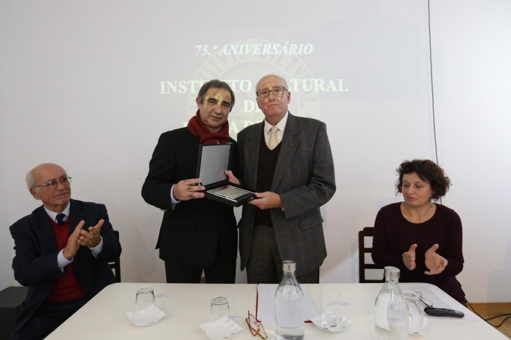 José Manuel Bolieira, Presidente da Câmara Municipal de Ponta Delgada, entrega a Henrique de Aguiar Oliveira Rodrigues, Presidente da Direção do Instituto Cultural de Ponta Delgada, a placa comemorativa